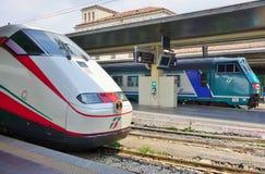 Ett italienskt snabbt drev på den Venedig stationen Arkivfoto