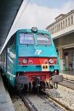 Ett italienskt snabbt drev på den Venedig stationen Arkivbilder