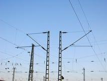 Ett järnväg över huvudet ledningsnät - kraftledningar Royaltyfria Foton