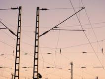 Ett järnväg över huvudet ledningsnät - kraftledningar Royaltyfri Foto