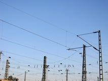 Ett järnväg över huvudet ledningsnät - kraftledningar Fotografering för Bildbyråer