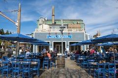 Ett kafé shoppar i det Disney Kalifornien affärsföretaget parkerar, är ett nöjesfält som lokaliseras i Anaheim royaltyfri bild