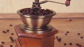 Ett kaffe maler fyllt med kaffebönor Kaffegrinder med kaffebönor stock video