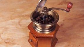Ett kaffe maler fyllt med kaffebönor Kaffegrinder med kaffebönor lager videofilmer