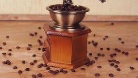 Ett kaffe maler fyllt med kaffebönor Kaffegrinder med kaffebönor arkivfilmer