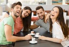 Ett kaffe med vänner arkivbilder