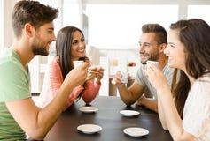 Ett kaffe med vänner royaltyfri foto