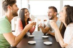 Ett kaffe med vänner royaltyfri fotografi