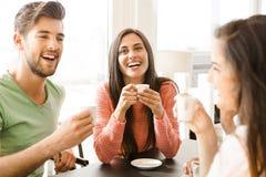 Ett kaffe med vänner arkivbild