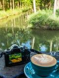 Ett kaffe och en kamera royaltyfri bild