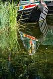 Ett kanalfartyg som förtöjas och reflekteras på floden Stort royaltyfri bild