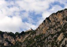 Ett kapell på en stenig utlöpare nära Limone på sjön Garda, Italien Arkivbild