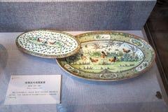 Ett keramiskt konstverk under regeringstiden av kejsaren Guangxu i Qing Dynasty som målas med plattor av att slåss för tuppar royaltyfria foton