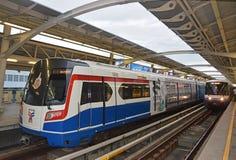 Ett kommande drev av det Bangkok kollektivtrafiksystemet som gemensamt är bekant som BTS eller Skytrain arkivbilder