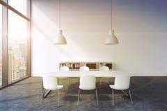 Ett konferensrum i ett modernt panorama- kontor i New York Vit tabell, vita stolar, två vita takljus och en bokhylla 3d Royaltyfri Fotografi