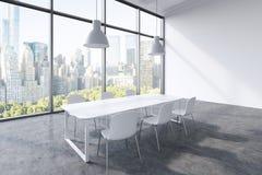 Ett konferensrum i ett modernt panorama- kontor med den New York City sikten Vit tabell, vitstolar och två vita takljus 3d Arkivfoto