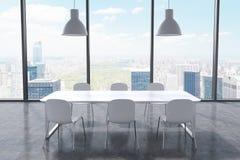 Ett konferensrum i ett modernt panorama- kontor med den New York City sikten Vit tabell, vitstolar och två vita takljus 3d Royaltyfri Fotografi