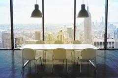 Ett konferensrum i ett modernt panorama- kontor med den New York City sikten Vit tabell, vitstolar och två vita takljus 3d Arkivbild