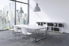Ett konferensrum i ett modernt panorama- kontor med den New York sikten Vit tabell, vita stolar, en bokhylla och taklig för två v stock illustrationer
