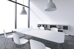 Ett konferensrum i ett modernt panorama- kontor med vitt kopieringsutrymme i fönstren Vit tabell, vita stolar, en bokhylla och tv stock illustrationer