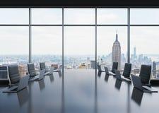 Ett konferensrum som utrustas av moderna bärbara datorer i ett modernt panorama- kontor i New York svart stolsläder royaltyfri illustrationer