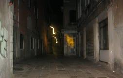 Ett konstigt ljus på en gata i Venedig royaltyfria bilder