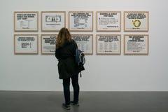 Ett konstverk av gerillasoldatflickor i den berömda Tate Modern i London Arkivfoton