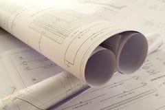Ett kontorsskrivbord med projektlegitimationshandlingar royaltyfri bild