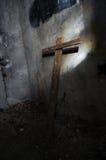 Ett kors på den övergav kyrkan Royaltyfri Fotografi