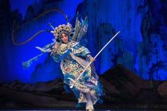 """ett kort spjut som används i forntida generaler för tidsPekingOpera"""" kvinnor av Yang Familyâ € arkivfoto"""