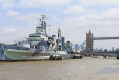 Ett krigskepp HMS Belfast på flodThemsen, London, Förenade kungariket arkivfoton
