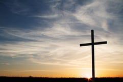 Ett kristet kors på solnedgången Royaltyfri Bild