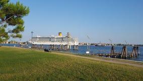 Ett kryssningskepp avgår från kanalen i Venedig royaltyfria bilder