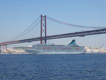 Ett kryssningskepp seglar under bron av April 25 i Lissabon, Portugal, Europa fotografering för bildbyråer