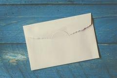 Ett kuvert på träbakgrund fotografering för bildbyråer
