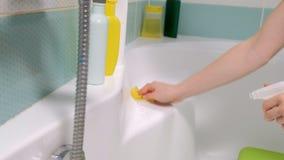 Ett kvinnalokalvårdbad hemma Kvinnligt tvagningbadkar och vattenkran lager videofilmer