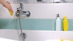 Ett kvinnalokalvårdbad hemma Kvinnligt tvagningbadkar och vattenkran arkivfilmer