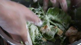 Ett läckert gourmet- mål ges de fulländande handlagen av kocken i en restaurang arkivfilmer