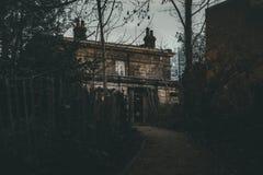Ett läskigt spökat hus arkivbilder