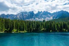 Ett långt exponeringslandskap av sjön Carezza med monteringen Latemar, Bo fotografering för bildbyråer