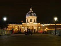 Ett lås mindre Pont des Arts och ställe de l'institut Paris Frankrike på natten Arkivbilder