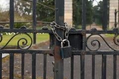 Ett lås och en kedja på metallstaketet Royaltyfri Fotografi