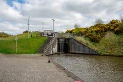 Ett lås som förbinder den fackliga kanalen med en överkant av den Falkirk hjulkanalen Arkivbild