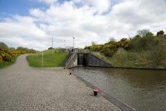 Ett lås som förbinder den fackliga kanalen med en överkant av den Falkirk hjulkanalen i centrala Skottland arkivfoton