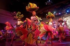 Ett lag av behagfulla dansare som dansar med glädje i en av kapaciteten i den Parisien kabareten, havannacigarr, Kuba