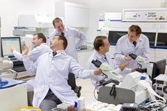 Ett lag av forskare arbetar vid ett laboratorium royaltyfria bilder