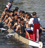 Ett lag av marinsjömän förbereder sig för Dragon Boat Races Royaltyfri Bild