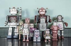Ett lag av retro robotar på ett trägolv Royaltyfria Foton