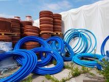 Ett lager av plast-rör för olik avsikter, diameter och färg under den öppna himlen Tillverkning och försäljning av plast- produkt arkivbild