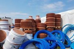 Ett lager av plast-rör för olik avsikter, diameter och färg under den öppna himlen Tillverkning och försäljning av plast- produkt fotografering för bildbyråer
